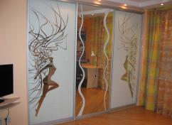 Зеркальные двери-купе с пескоструйным рисунком для гардеробной